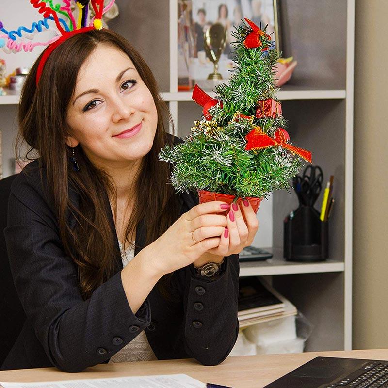 Piccolo albero di natale addato per una decorazione da tavola, ideale per casa e ufficio.