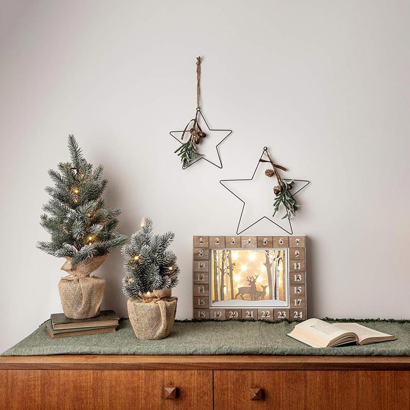 Bellissimi piccoli alberelli di natale delicatamente innevati con base involta nella juta, ideale per una decorazione natalizia shabby chic.