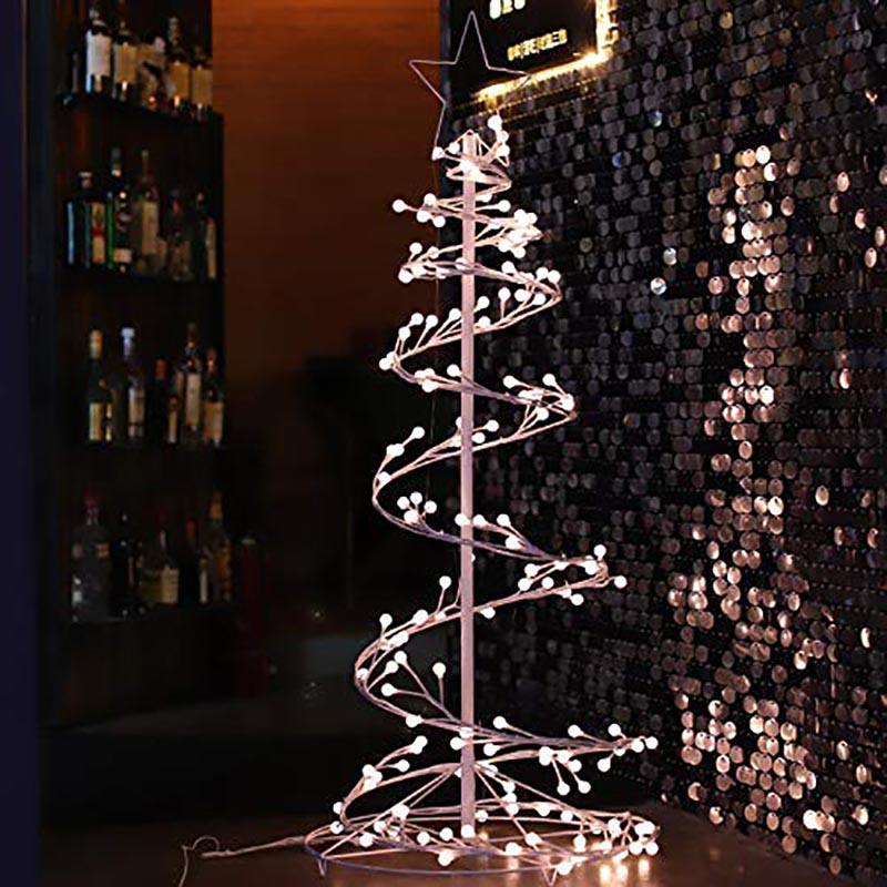 Albero di Natale moderno a spirale con lucette.