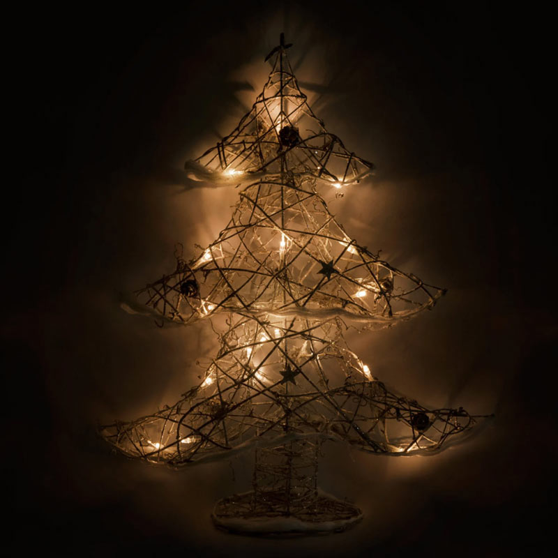 Un albero di Natale moderno luminoso fatto di rattan.