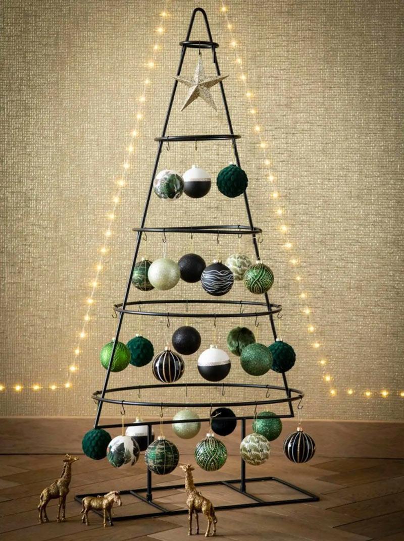Albero di Natale moderno in metallo con palline appese.