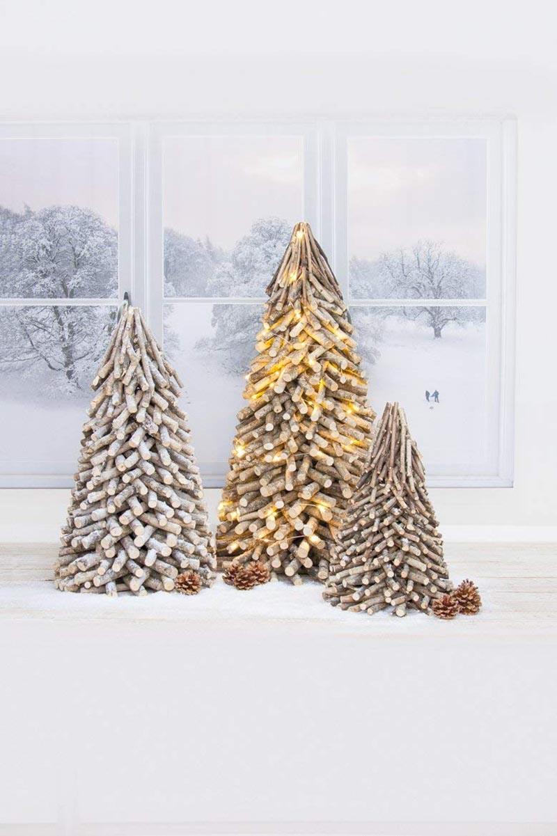 Bellissimo albero di Natale moderno in legno.