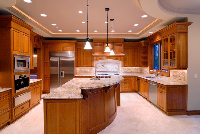 Grande cucina ad angolo in legno stile rustico con isola centrale.