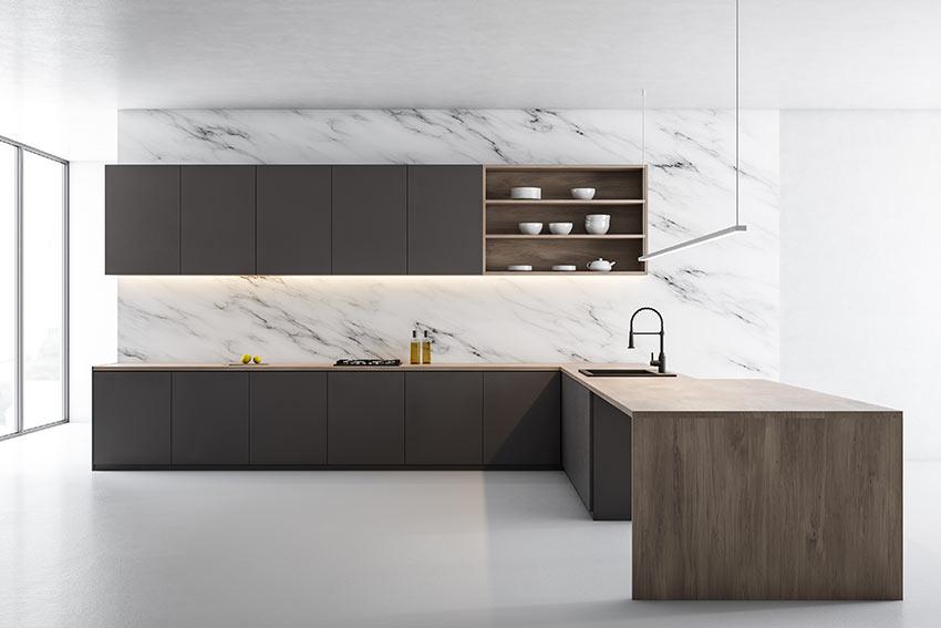 Cucina angolare nera e legno scuro con parete in marmo.