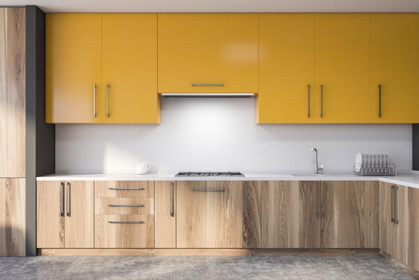 Bella cucina angolare gialla e legno.