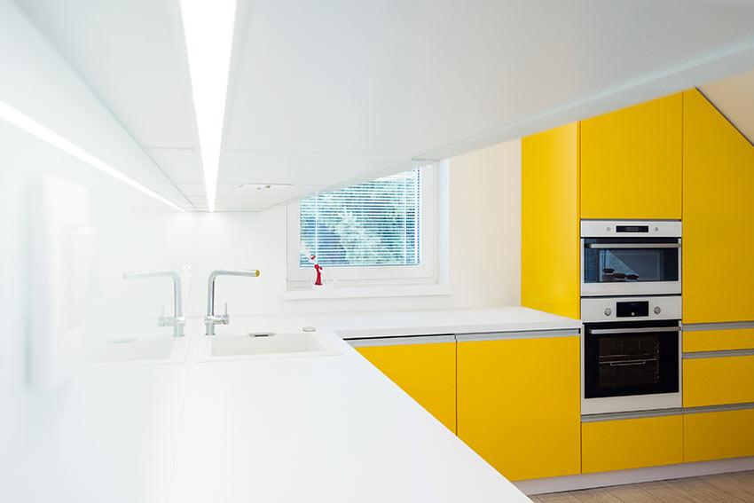 Cucina bianca e gialla con angolo.
