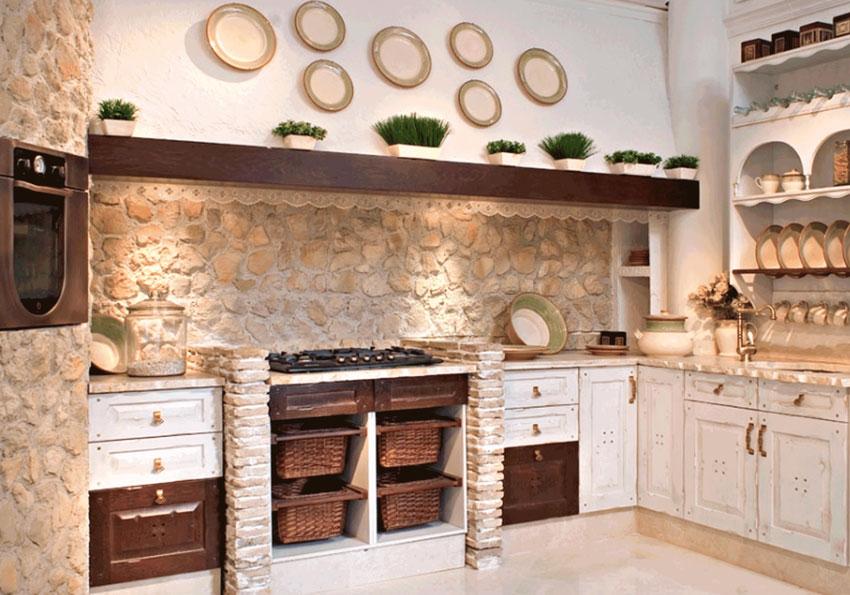 Splendida cucina in muratura ad angolo con parete in pietra naturale.