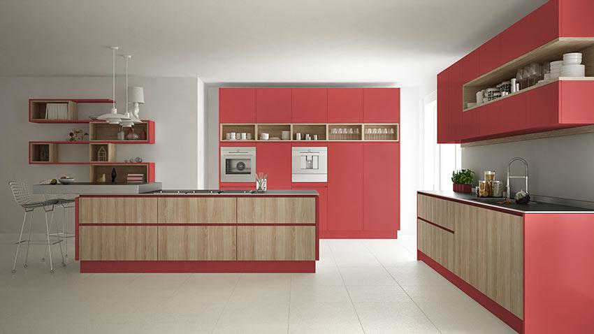 Grande cucina moderna rossa e legno con isola centrale.