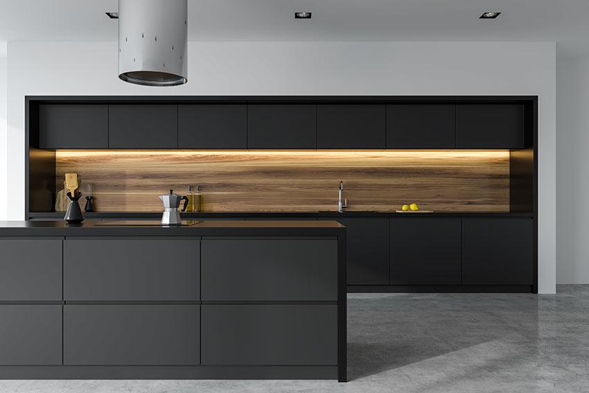 Cucina bicolore lineare legno e nero con isola, illuminazione moderna a LED sotto i pensili.