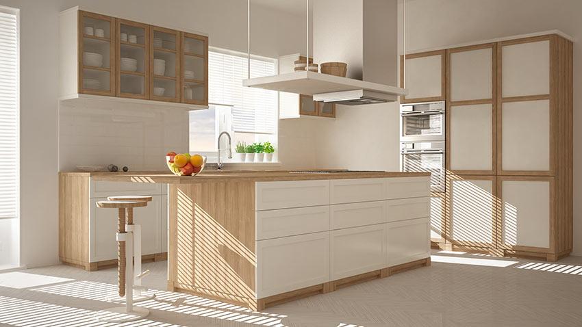 La cucina bianca opaca e legno con isola centrale moderna.