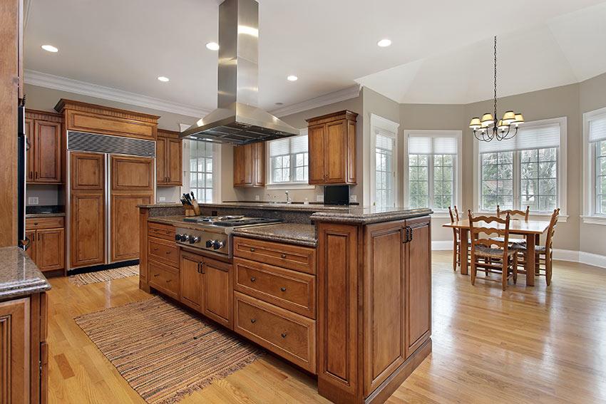 La cucina in legno massello con grande isola centrale.