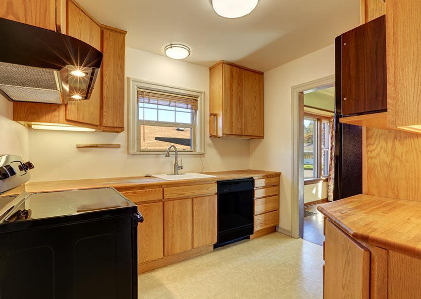 Cucina rovere con elementi neri, ambiente moderno.