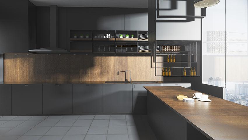 Grande cucina nera lineare con rivestimenti in legno e grande penisola con top in legno.