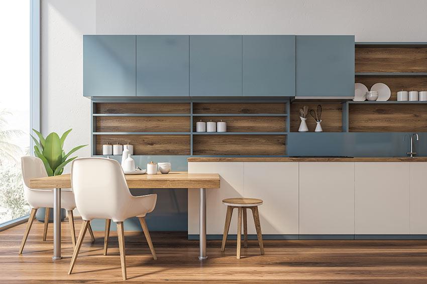 Una bella cucina moderna bicolore celeste e legno con isola.