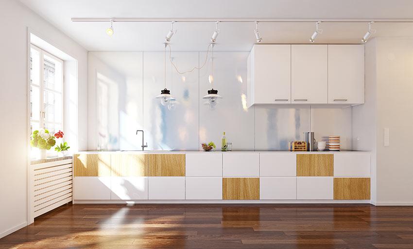 Cucina design lineare con pannelli quadrati bianchi e legno.