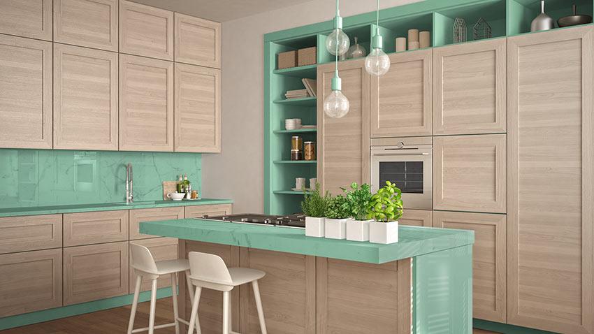 Cucine in legno bicolore verde acqua con isola moderna.