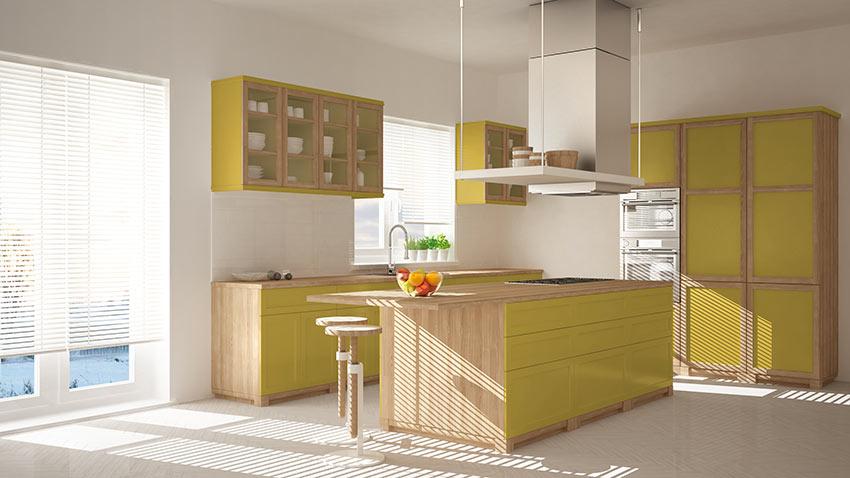 Cucine in legno bicolore con giallo.