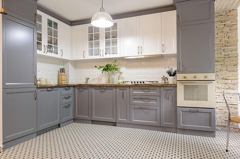 Piccola cucina angolare open space grigia e bianca, stile provenzale.
