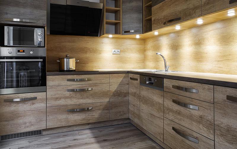 Bellissima cucina in legno con sotto pensili illuminati con LED.