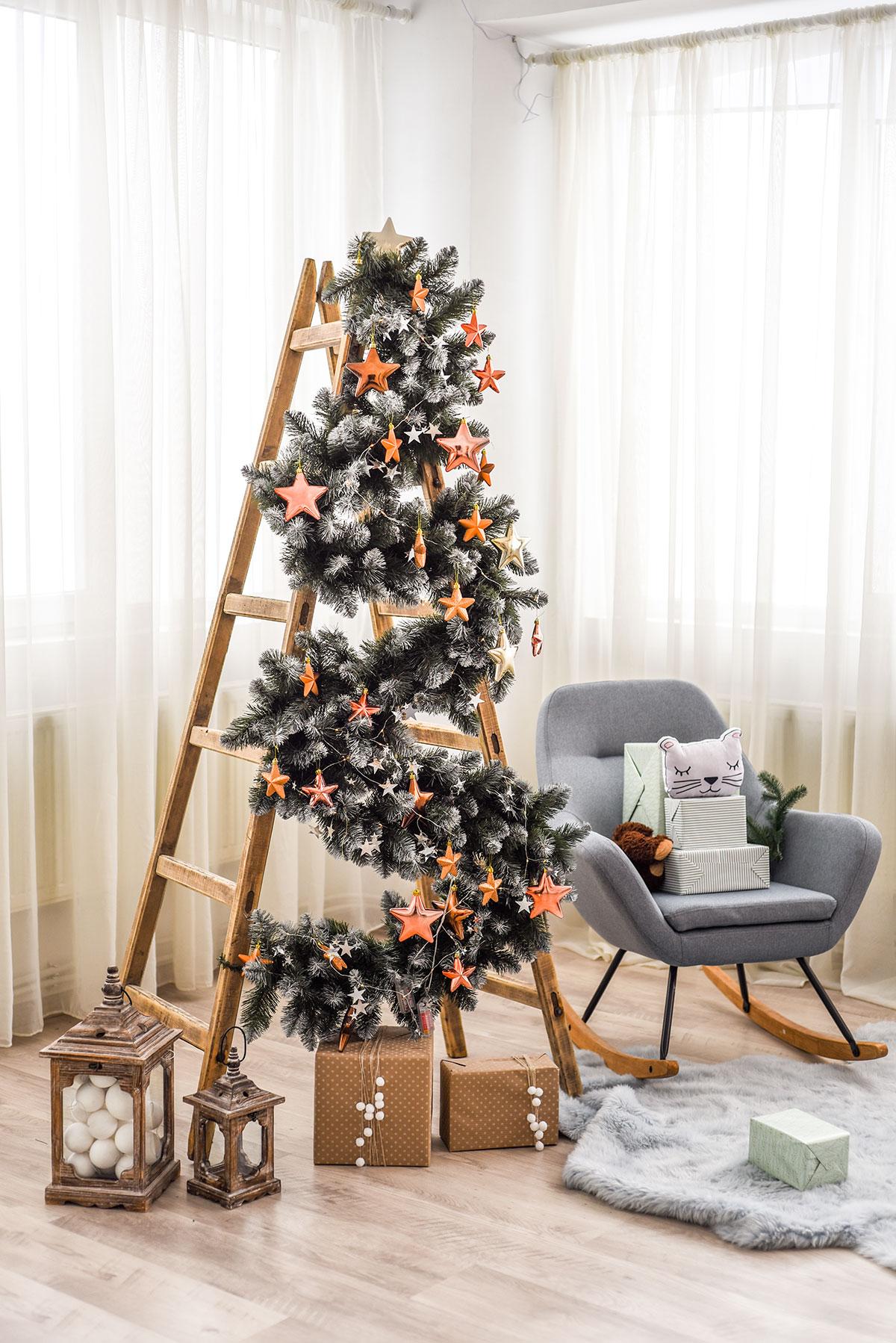 Albero di Natale particolare su scala in legno.