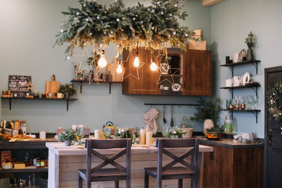 Decorazioni lampadario particolare per Natale.