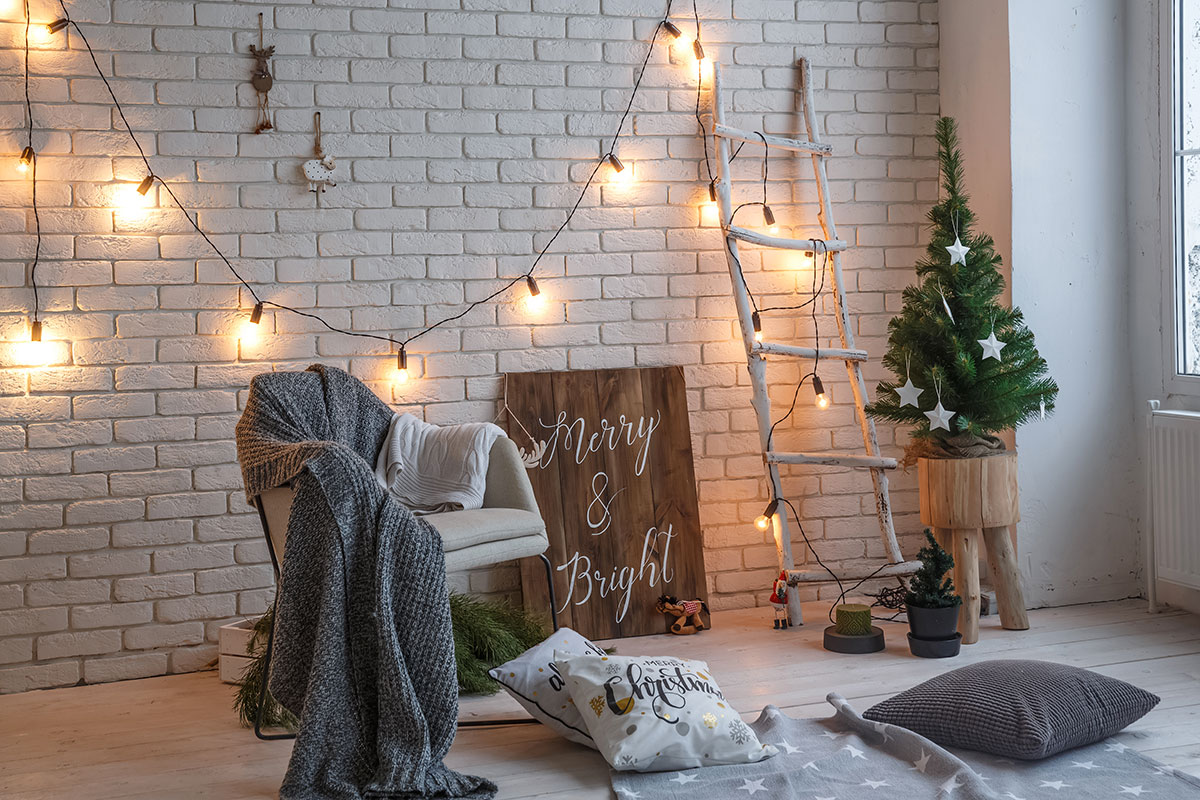 Decorazioni natalizia con scala bianca e catena di luce.