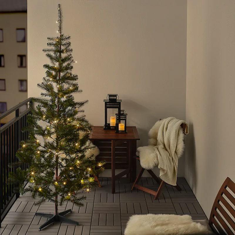 Albero di Natale IKEA con lucette sul balcone.