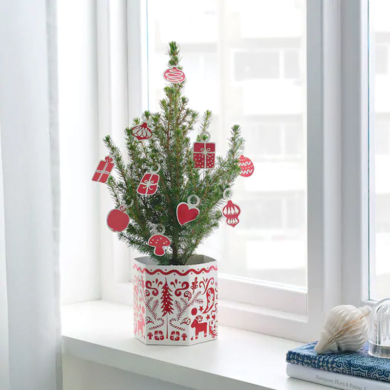 Albero di Natale IKEA sul bordo di una finestra.