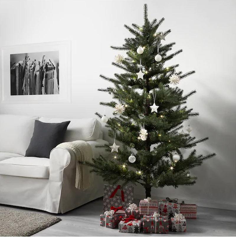 Albero di Natale verde IKEA con stelline bianche e palline.