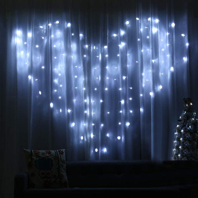 Tende di luci LED a forma di cuore.