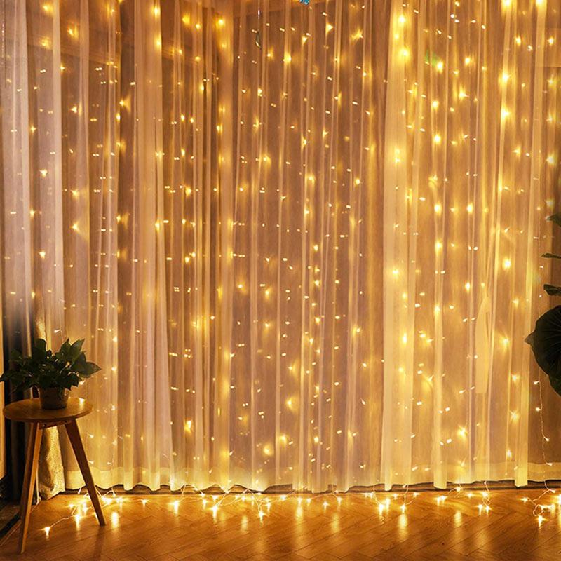 Tende luminose, decorazione natalizia in soggiorno.