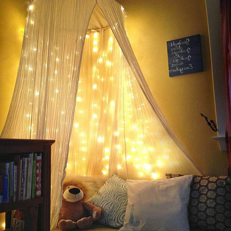 Luci natalizie per decorare le tende della camera.