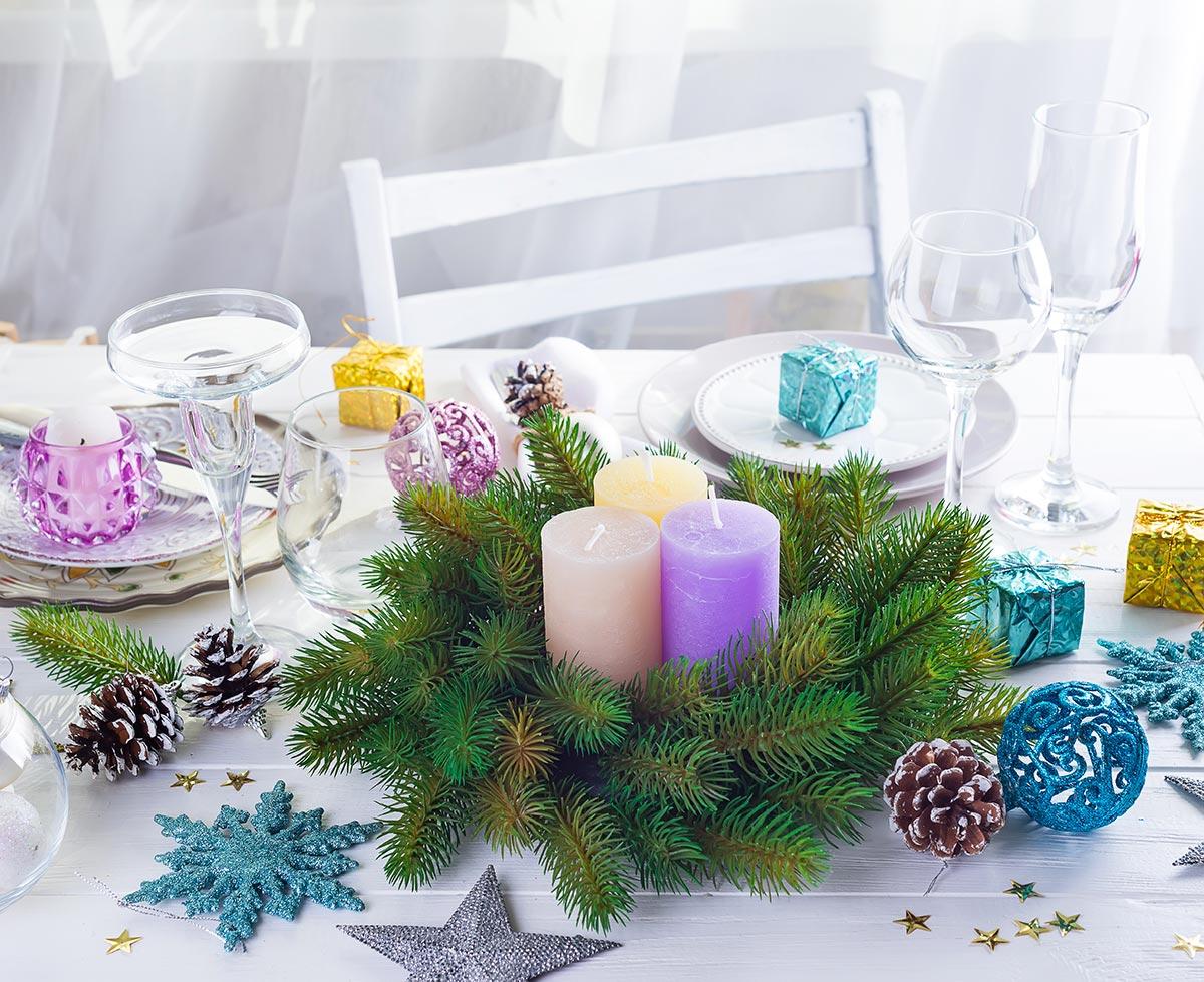 Addobbare la tavola di Natale con rami di pino.
