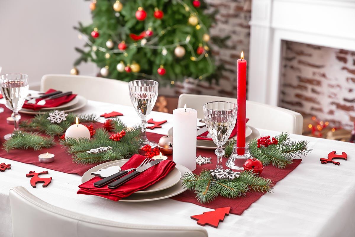 Come addobbare la tavola di Natale con rami di pino.