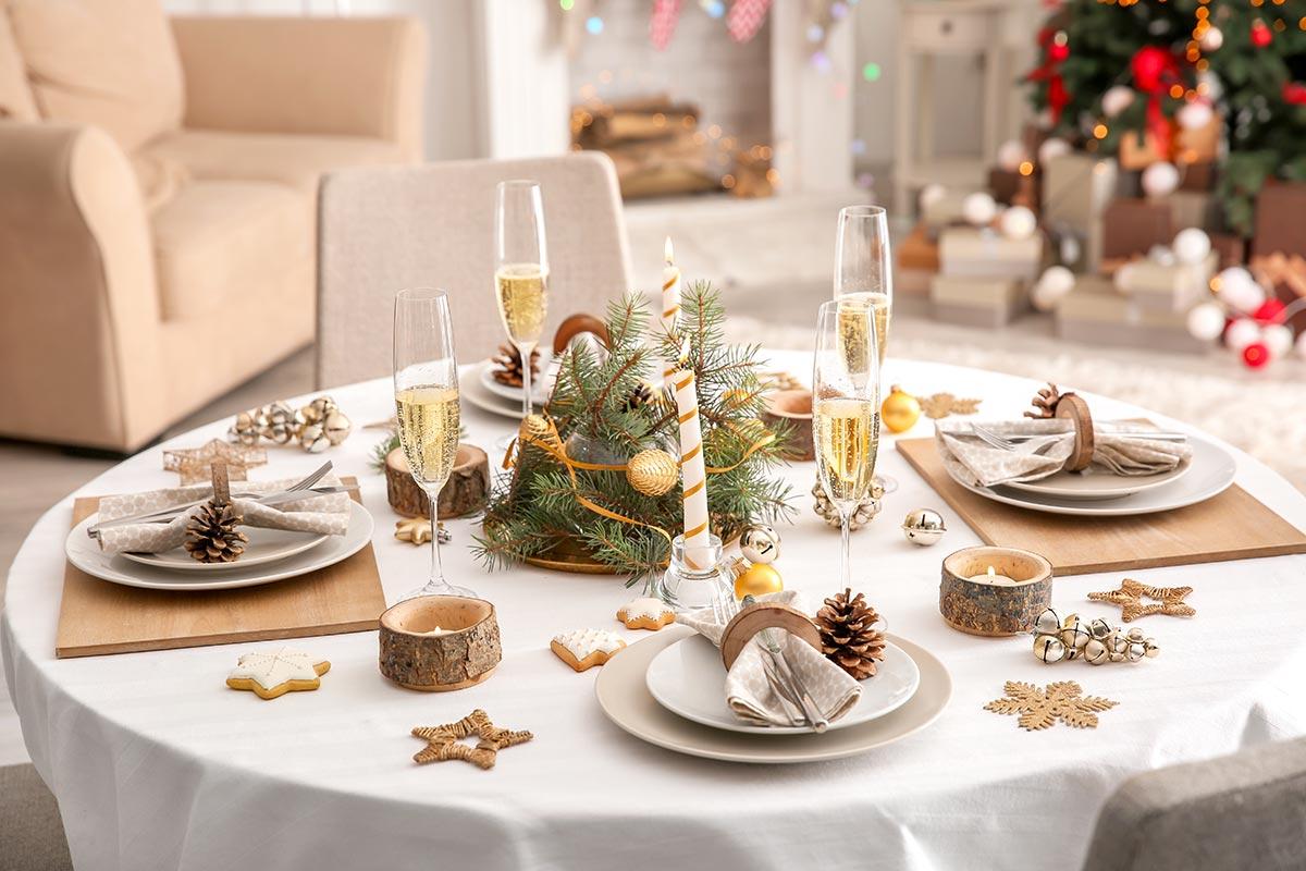 Addobbare la tavola di Natale con le pigne.