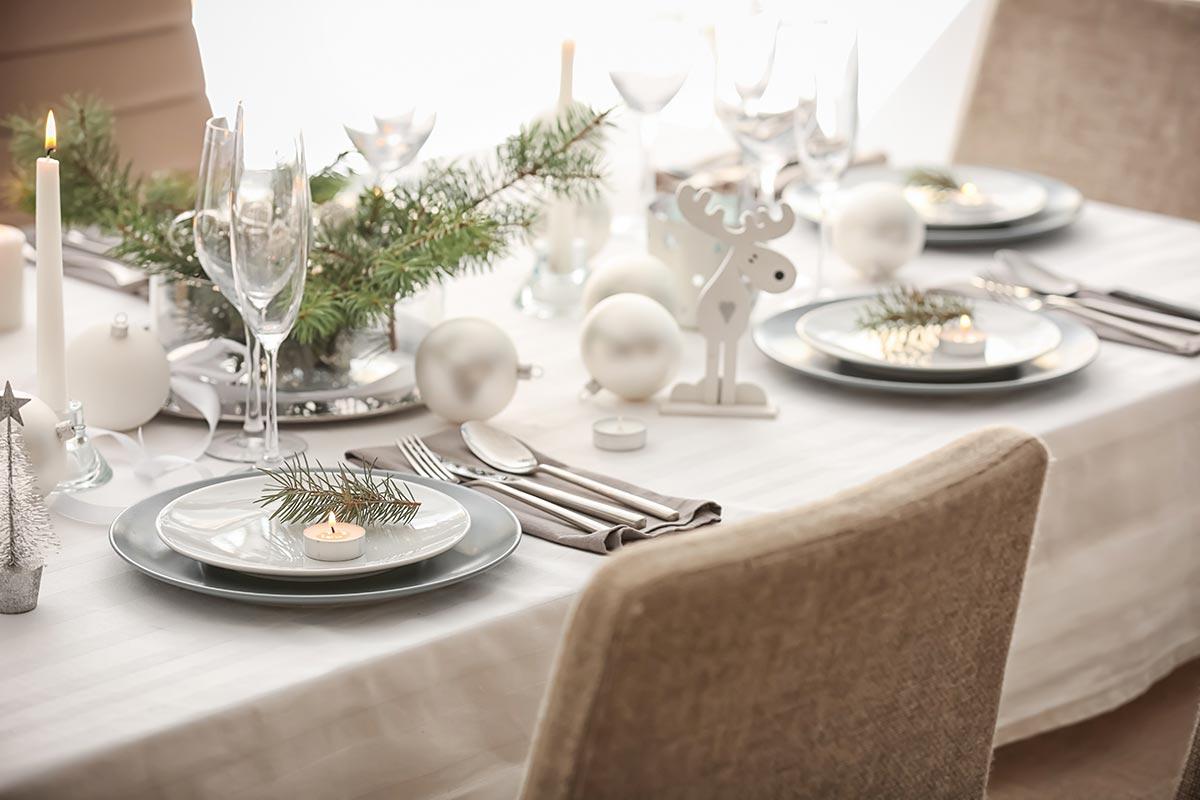 Come decorare la tavola di Natale con rami di pino.