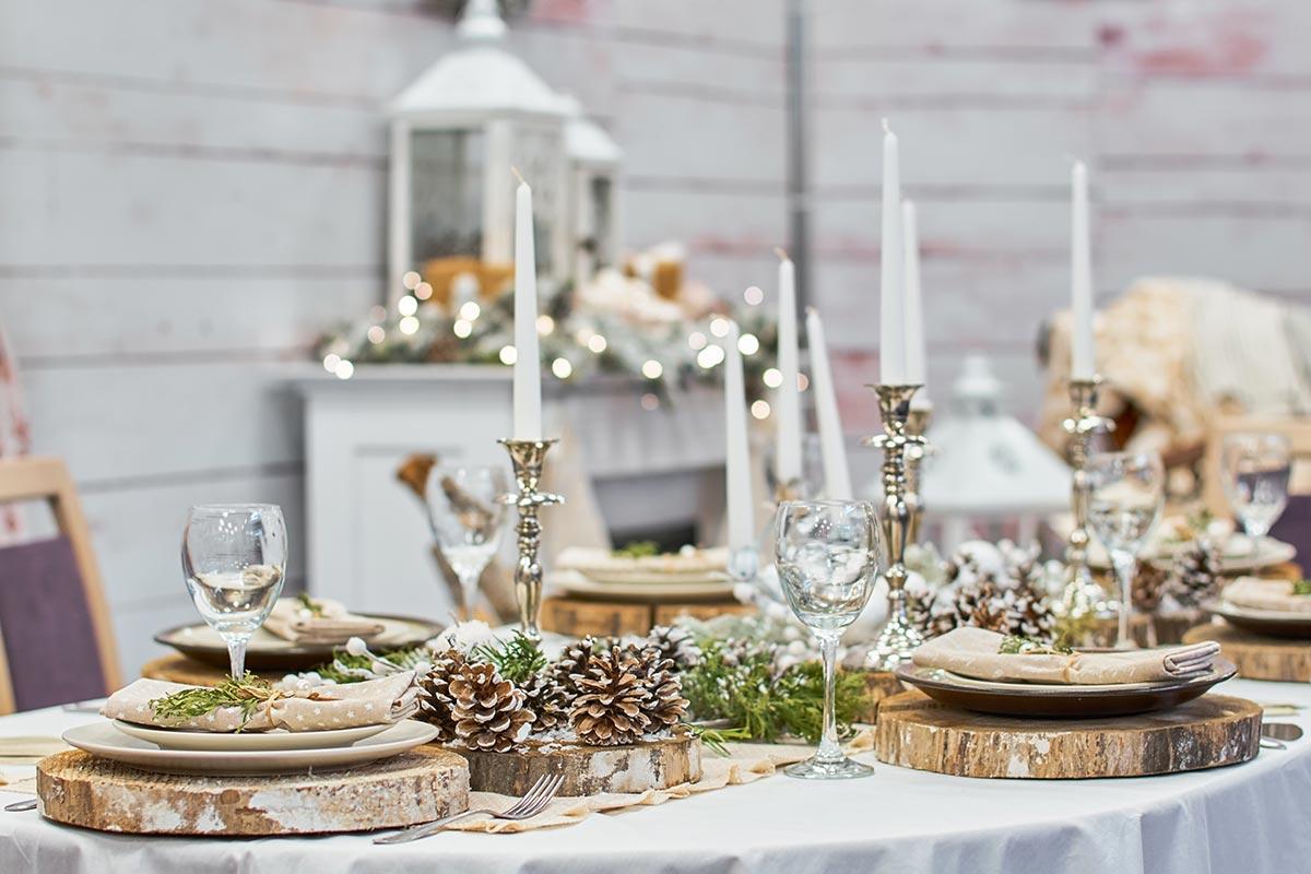 Come decorare la tavola di Natale con tronchi e pigne.