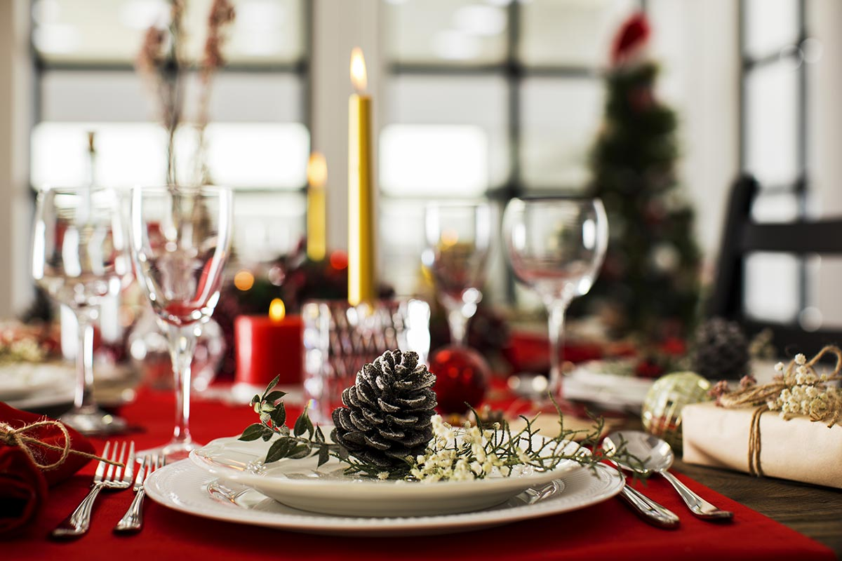 Come addobbare la tavola di Natale con le pigne.