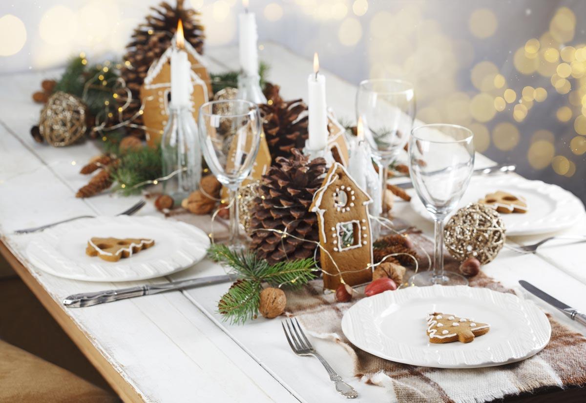 Centrotavola con pigne per addobbare la tavola di Natale.