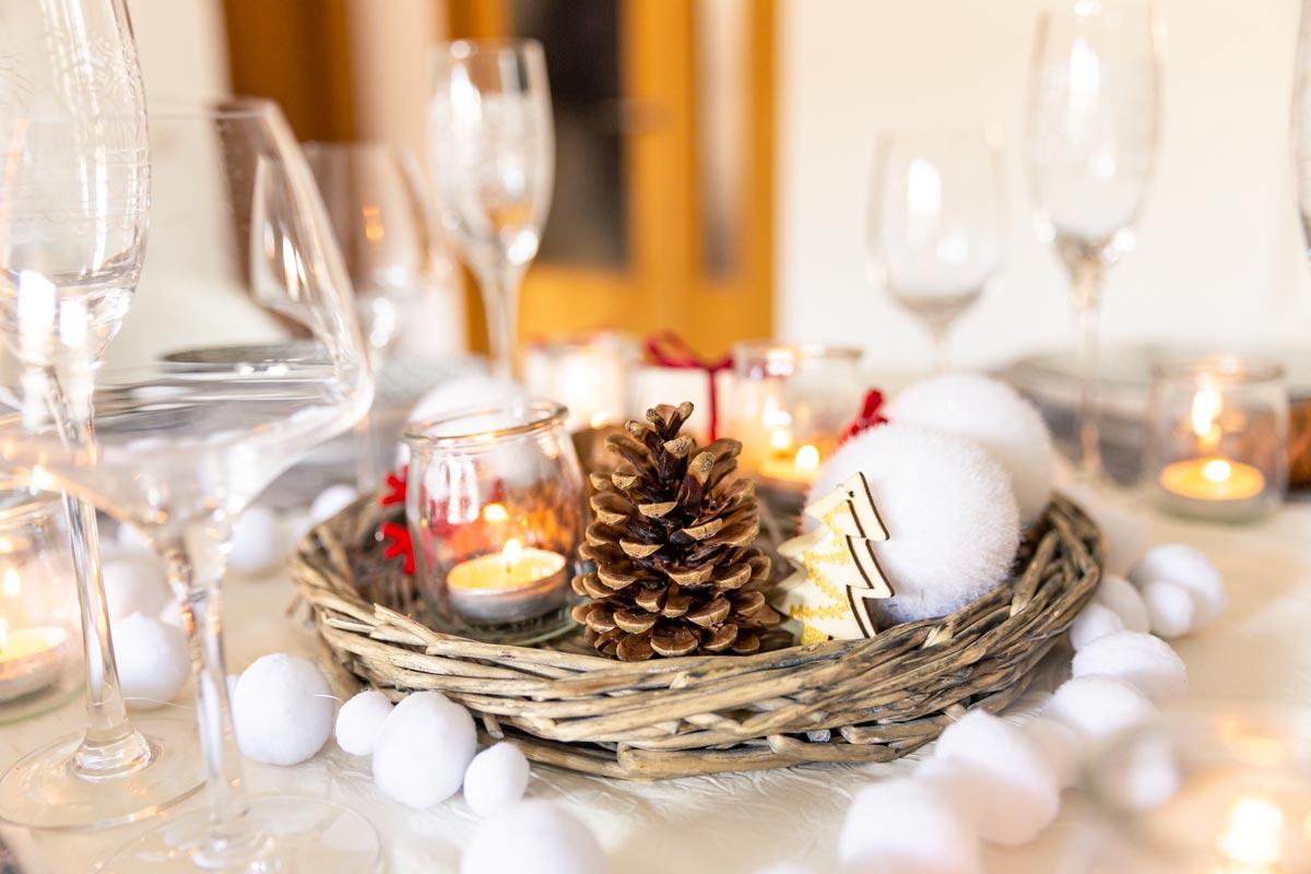 Centrotavola natalizio con pigne e candele.