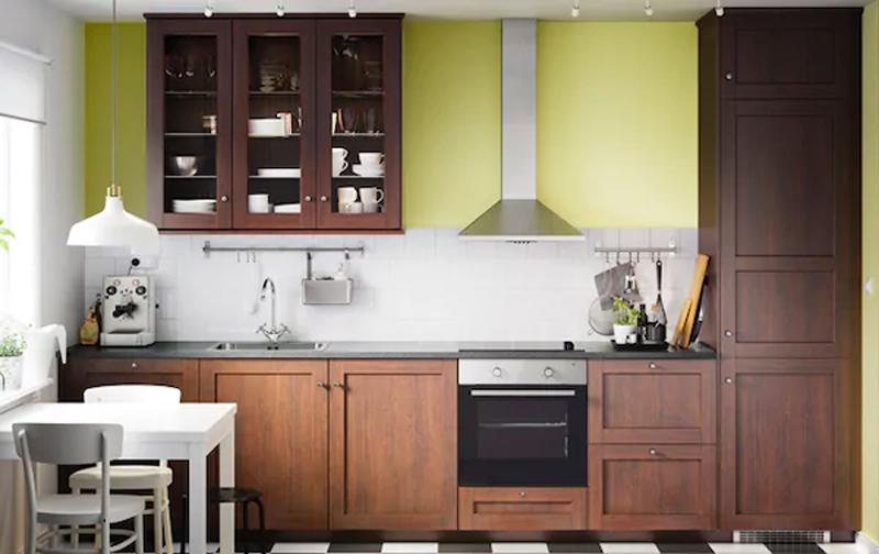 La cucina EDSERUM effetto legno marrone.