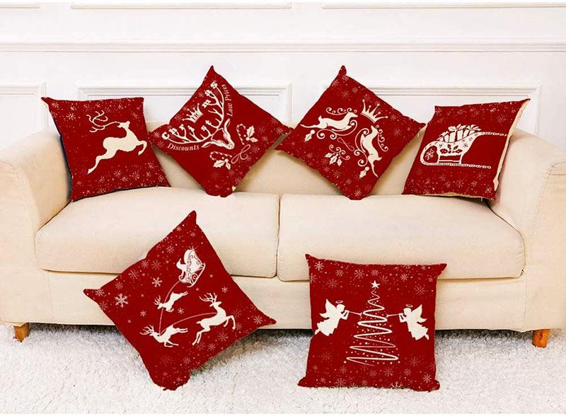 Cuscini natalizi rosso e bianco per il decorare il divano.