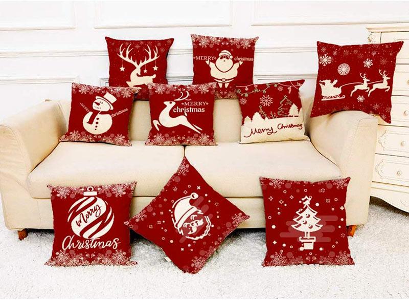 Divano decorato con cuscini natalizi.