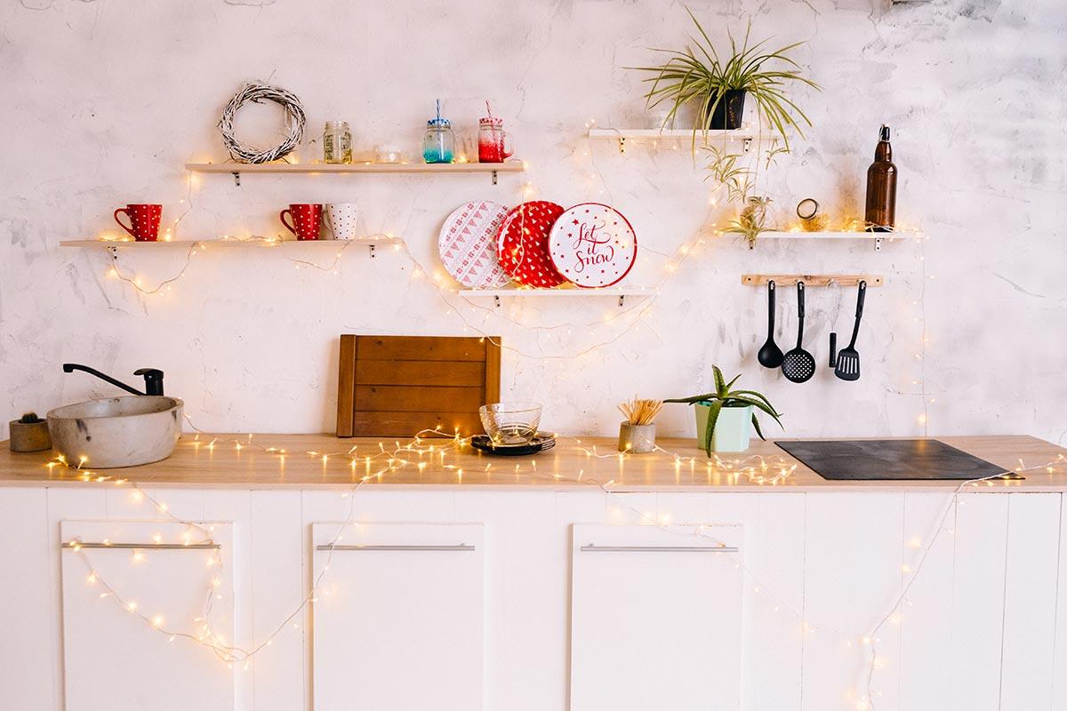 Scaffali cucina decorati per Natale.