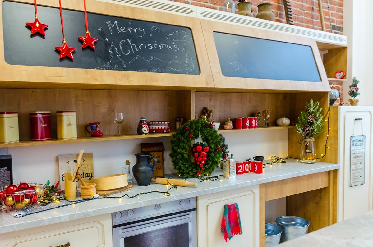 Idee di addobbi natalizi per decorare la cucina.