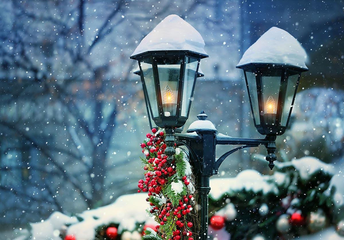 Addobbi natalizi per esterno, lanterne con bacche rosse.