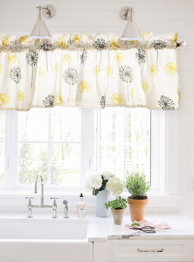 Mantovana per tende con motivi floreali, qui in cucina sopra lavandino.