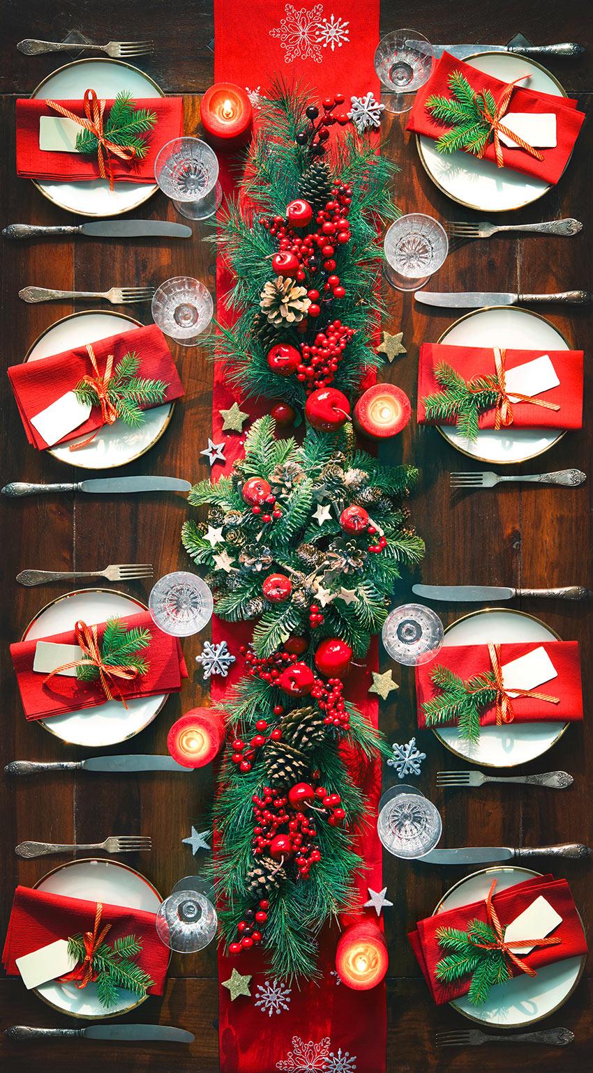 Decorazione tavola di natale di bianco e rosso.