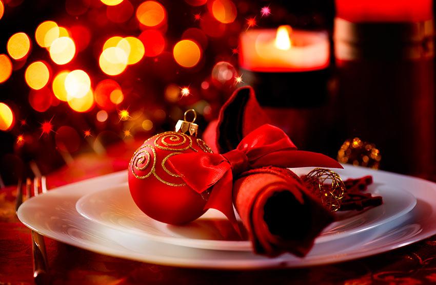 Addobbare la tavola di natale in bianco e rosso.