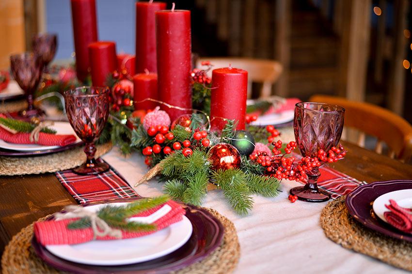 Tavola natalizia rosso e bianco.